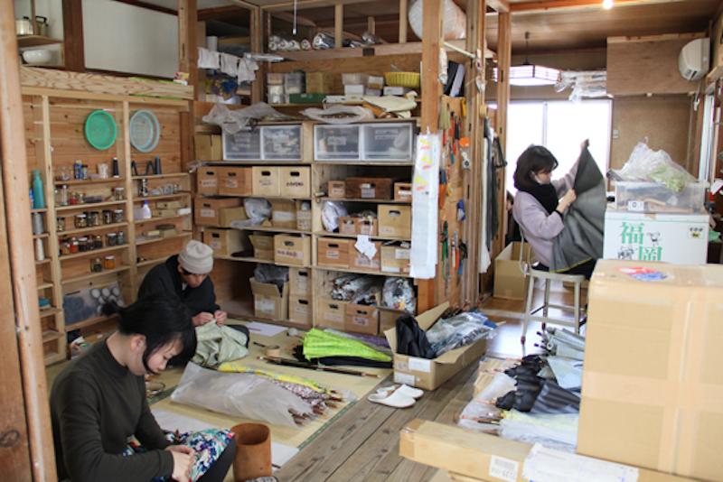 傘制作はここで工程ごとにまとめて進める。ほとんどが手縫い作業