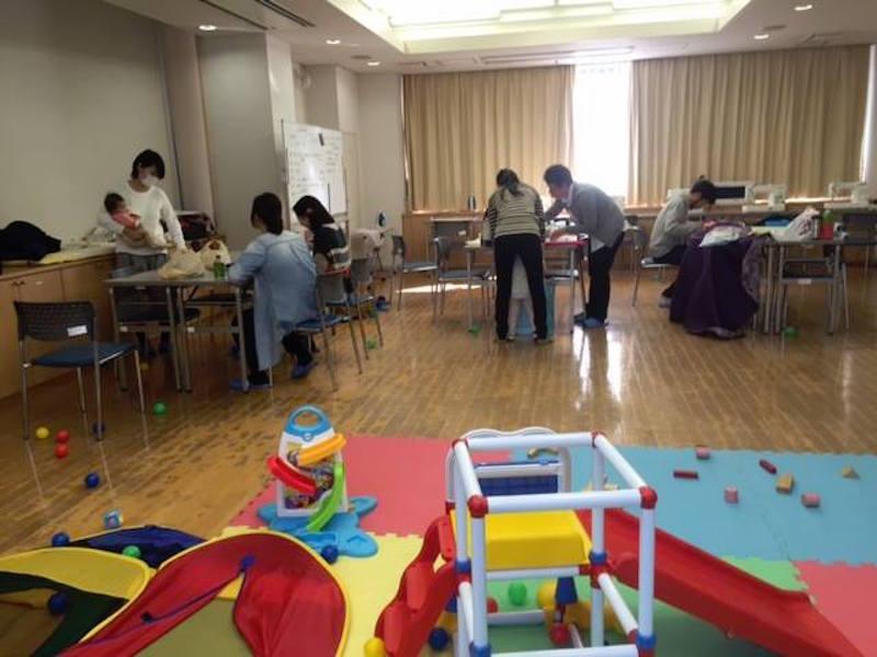 会場の一つ、麦田地域ケアプラザ(横浜市中区)。自主事業として子育てサロンなども開かれているため、おもちゃやマットを借りることができる。作業は順番に子どもを見守り合いながら