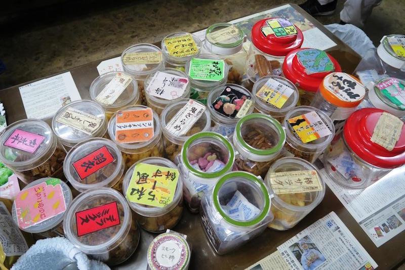 直売所では20種類以上のあられの試食ができる。どれを食べようか……悩ましい