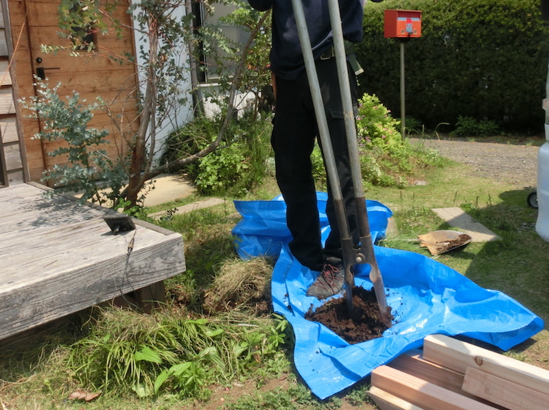 「ブルーシートの上に掘った土を載せておくと埋め戻すときに便利」と、持田さんのアドバイス。こういうプロの技はとても参考になる