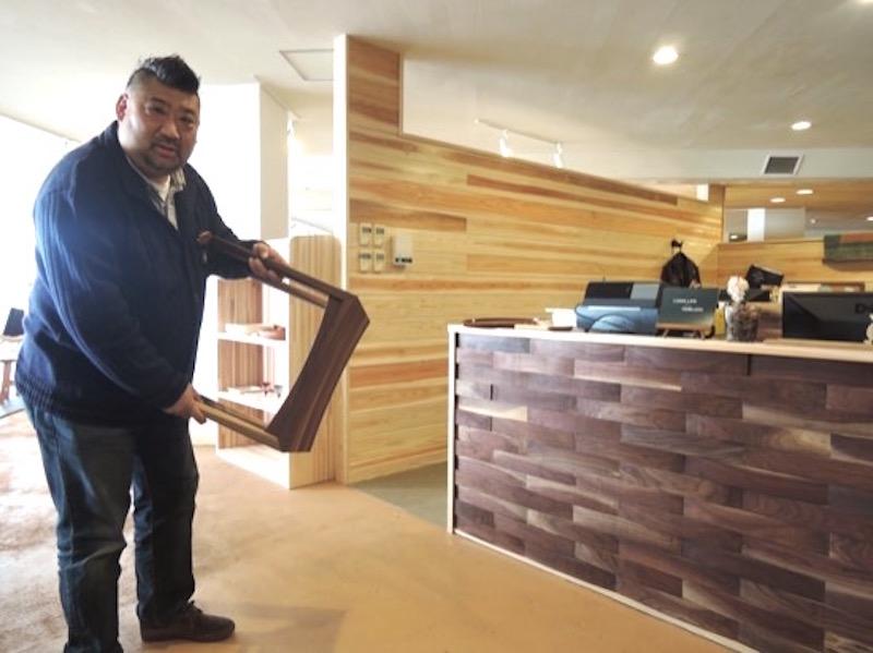 回遊性のある店内は、ステージの背後に木村さんの執務スペースを設けている。カウンターはスツールの端材を活用した。「ここだけは私がDIYしましたよ」と木村さん