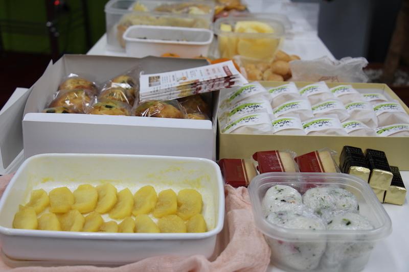 最終回のランチはお弁当に加えて、それぞれが1品もちよるポットラック形式で豪華! 地元の銘品や手作りのお菓子やおかずをおなかいっぱい食べて話して、それぞれの明日に期待を膨らませる時間