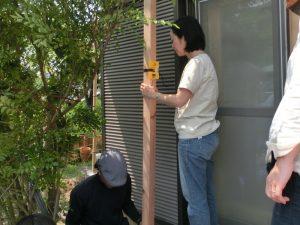 柱に水平器を取りつけ、位置を慎重に確認