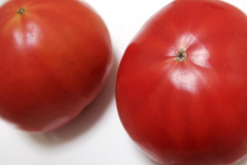 おいしいトマトには、ヘタの裏側にある星マークがくっきり出ている