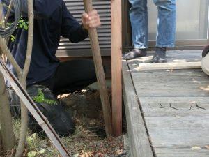 少しずつ土を埋め戻して、突き棒で柱の周りを固める