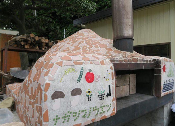 農園を見渡せば、ひときわ目立つ存在のピザ窯。使われなくなった暖房用の重油タンクを加工し、仲間と2人で半年かけて作りあげた。畑のすみのハーブとキクラゲで絶品のピザが焼き上げられる。収穫体験と焼きたてピザが楽しめる春と秋のイベントも好評