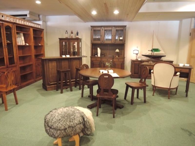 店舗奥は英国風トラッドの重厚な家具が並ぶ。後ろの白い壁を利用して、映画上映を楽しんだことも