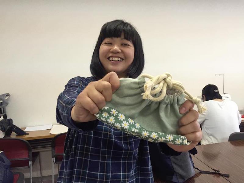 2歳の子どもを連れてお弁当袋を制作した。お気に入りの柄の布を組み合わせ、作ることができた瞬間の笑顔