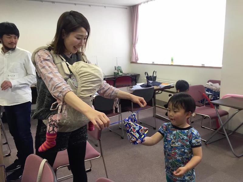 青葉区から西区の会場まで来て、1歳の赤ちゃんをだっこしながらもお兄ちゃんのお気に入りの布でグッズを作りたいとがんばった。戸塚区や緑区、世田谷区など遠方からの参加者も多かった