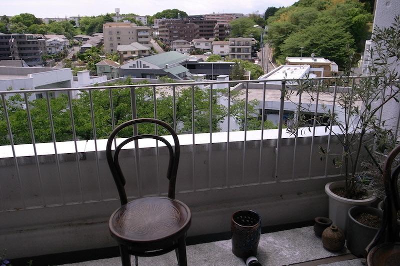 レイさんのアトリエからの眺め。坂が多く、緑豊かな青葉台というまちのつくりがよくわかる