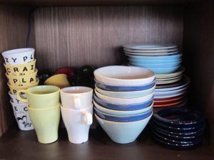 こちらも教室の生徒さん用。大体6個以上のセットで購入。右端にある紺のお皿は、お気に入りの「STUDIO M'」で買い占めたそうです、笑