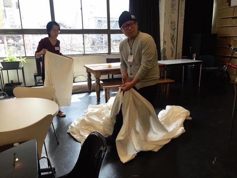 布おむつを作成したいと、5カ月の赤ちゃん連れで参加してくれたママはこの日53枚の布おむつを縫い上げた。会場でスタッフをしていた大学生も手伝ってくれて一緒に布を裁断