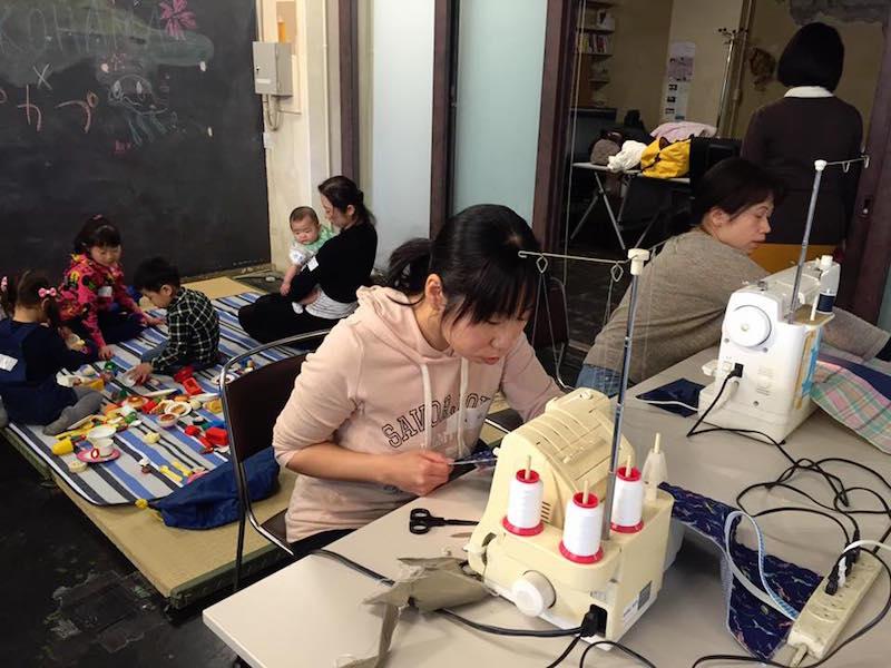 畳を敷いてキッズスペースを作ることができたさくらWORKS<関内>。子どもとともにミシンを踏む。休眠ミシン活用のプロジェクトがすすめば、この光景が定期的に見られることになるかもしれない