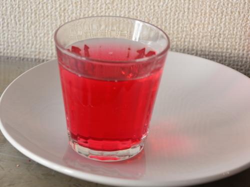シソジュースは、甘酸っぱい夏の味の代名詞。レギュラーサイズ210円、ラージサイズ310円。お弁当とセットで30円の割引になる
