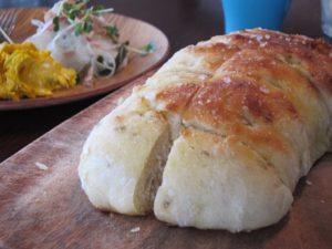こちらが、『簡単もちふわドデカパン』。3月に新刊本が発売されています! この日はクミンのパンでした。ふわっふわで本当に美味しかった! スティックパン同様、とっても簡単なうえにアレンジが無限にできます。ちなみに、私が家で焼けるパンは、スティックパンとこのドデカパンのみ。超不器用な私でも焼けるありがたいパンなのです。