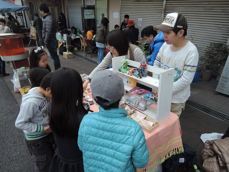 カモカモで人気の布小物作家のお母さんと一緒に出店していた「佐助屋」さん。男の子らしいセンスがキラリと光るおもちゃのフリマは、カモカモ男子たちが食いついていた!