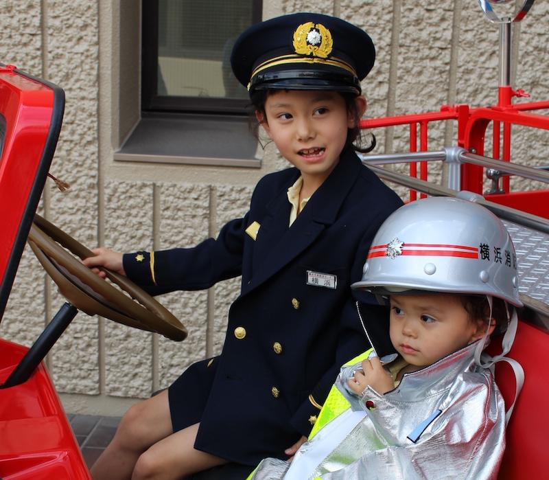 玄関には消防士や警察官に変身できる衣装が置いてあり、記念撮影の人が絶えなかった