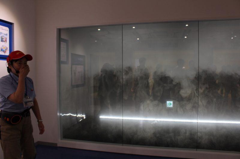 煙が充満した廊下を歩いてみる。煙には甘い香りをつけており、「バニラの香りがする」と感じるほど吸い込むと、実際の火災では一酸化炭素中毒になっていることも