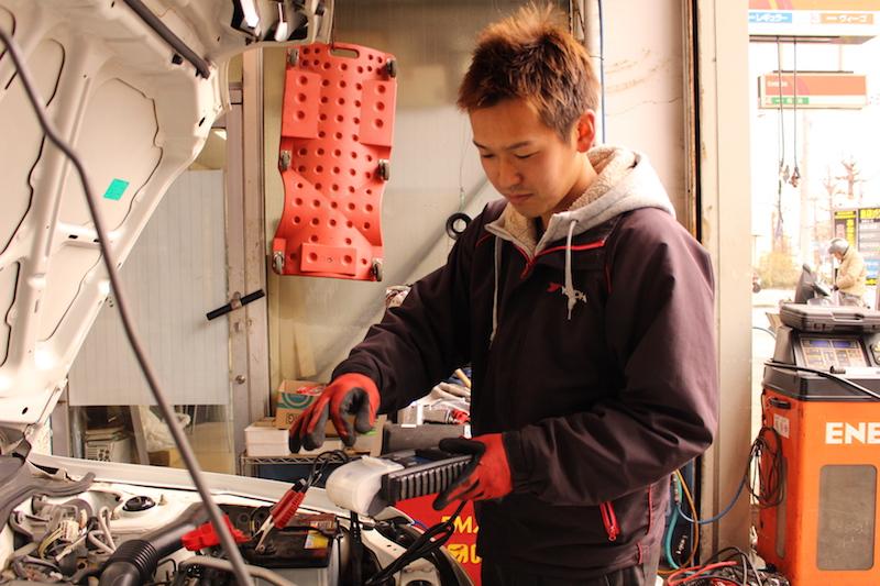 いつも笑顔で対応してくれる西村俊二さんは、フットワーク軽く、クルマに関する質問に答えてくれる