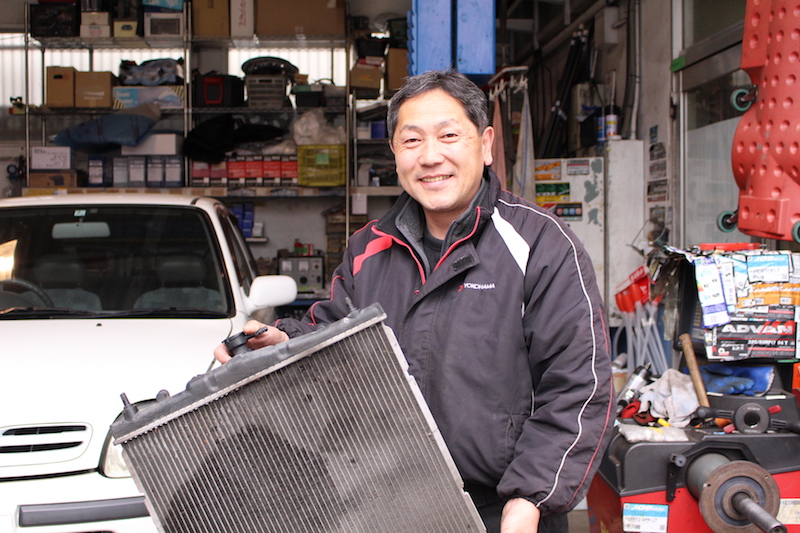 金子石油店で整備を担当する鈴木裕さん。最低限の法定検査に加えて、金子石油店オリジナルのメンテナンス、調整まで、幅広い要望に対応する。「使える部品をまた生かせるのがうれしいですね」