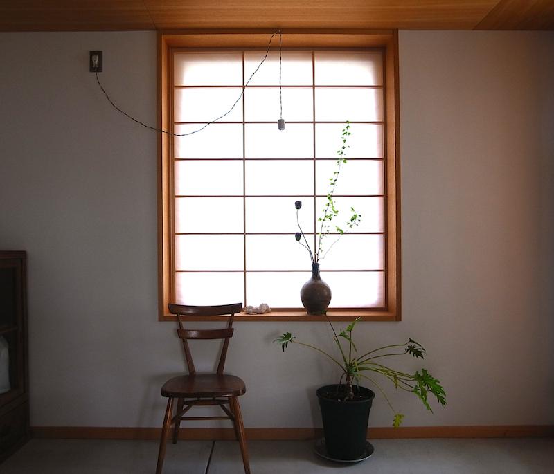 アトリエから外に向けての窓は障子にすることもできる。古い日本的なものと、北欧的なもの、両方をうまく取り入れている清水邸