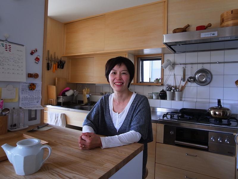 清水さんお気に入りの場所はこちら、キッチン前の作業テーブル。後ろの小窓の窓枠も小物が飾れるようになっている