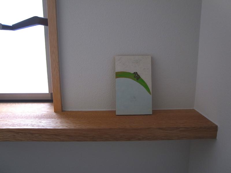 トイレの窓枠が伸びた飾り棚