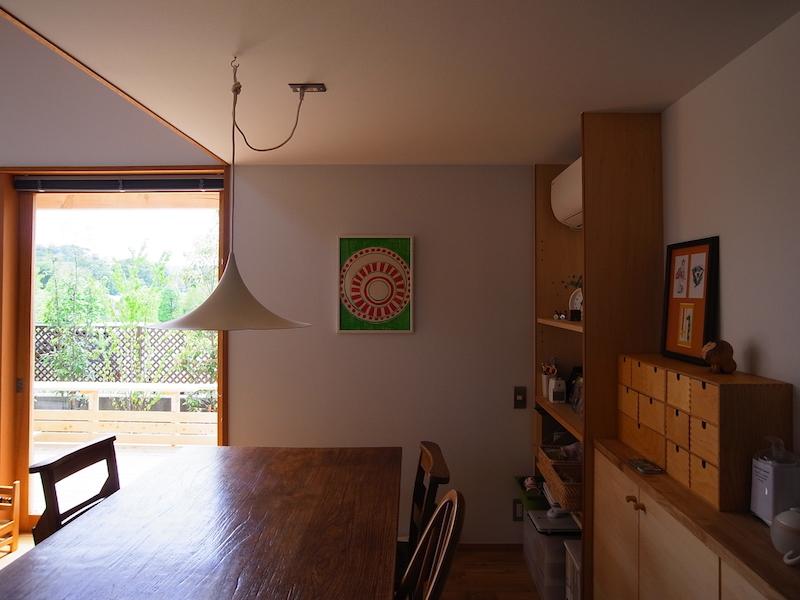 デンマークFog&Morup社の照明「Semi」。奥の壁にかかるのは小井田康和さんのお嬢さんで、版画家・小井田由貴さんの作品