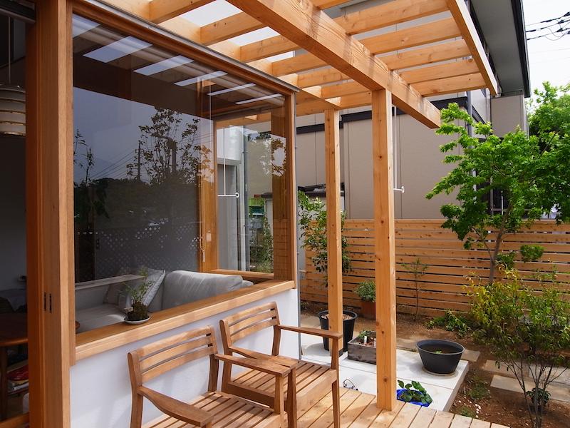 リビングとバルコニーをゆるやかにつなげるコーナーの窓。この窓枠に飾られた植物は外にあるのか内にあるのか分からなくなるほど。この木製建具は大工さんの手によるもの