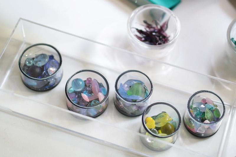 いつもより小ぶりな万華鏡「夢に咲く花」シリーズの、天然石やスワロフスキー、ビーズなどのオブジェクト。慶子さんがバーナーで焼いてつくった繊細なガラスのパーツも入っている