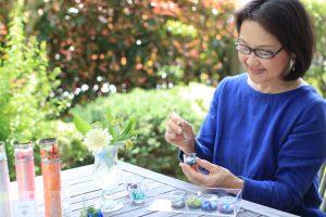緑を背景にブルーのワンピースがお似合いの慶子さん、63歳。こんな風に美しく年を重ねていきたいと思う憧れの女性