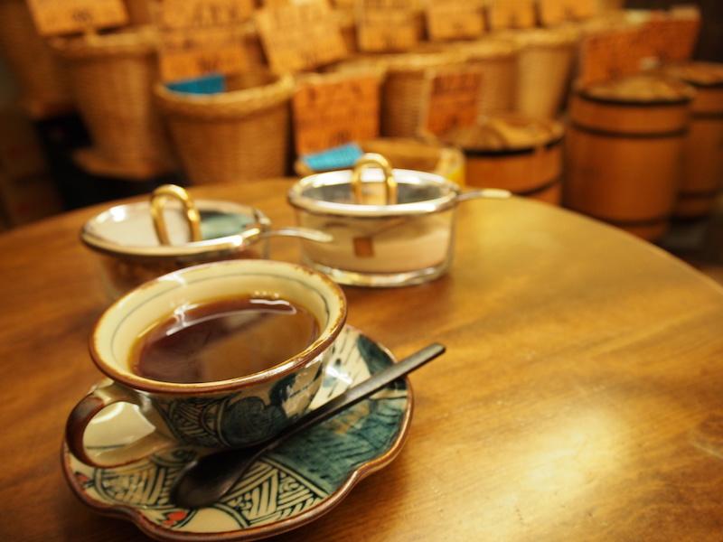 焙煎を待つ間、啓子さんが淹れてくれるサービスコーヒー。この時間に交わされる会話がお客さんとの距離を縮める