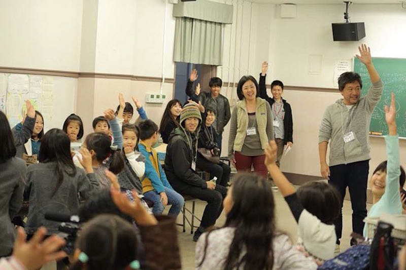 中央で微笑むのが土肥さん。是枝裕和監督を迎えた「エンパク★こども映画教室2015」でのワークショップでの1枚(写真提供:こども映画教室)