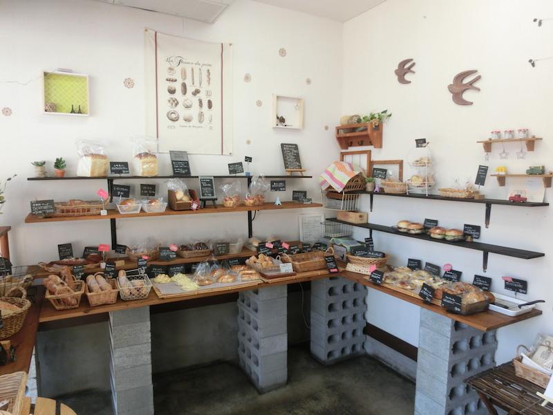 小さな店内には、かわいいパンが行儀よく並び、あたたかい手作りの内装にほっこりする
