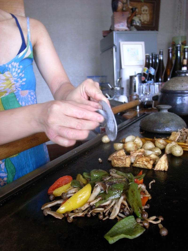 野菜炒めのフィニッシュに、何やらおまじないのように石をこする。 これ、ヒマラヤの岩塩で、硫黄を感じさせる深いうまみが 野菜の濃い味をぐっと引き立たせる
