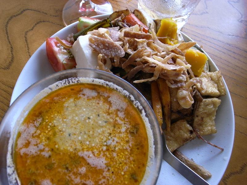 一度食せば病み付きになる、噂の「タイガーカレー」(1200円)。 海老ベースのカレーは、あっちゃんがかつて店長を務めていた 北品川のシャンティカレーの味を引き継いでいる。 野菜とのダイナミックなコラボはあっちゃんオリジナルだ。 緑(タイ風)と赤(海老の味が濃くなる)のペーストで辛さを調整。 オリジナルは子どもでも安心して食べられる