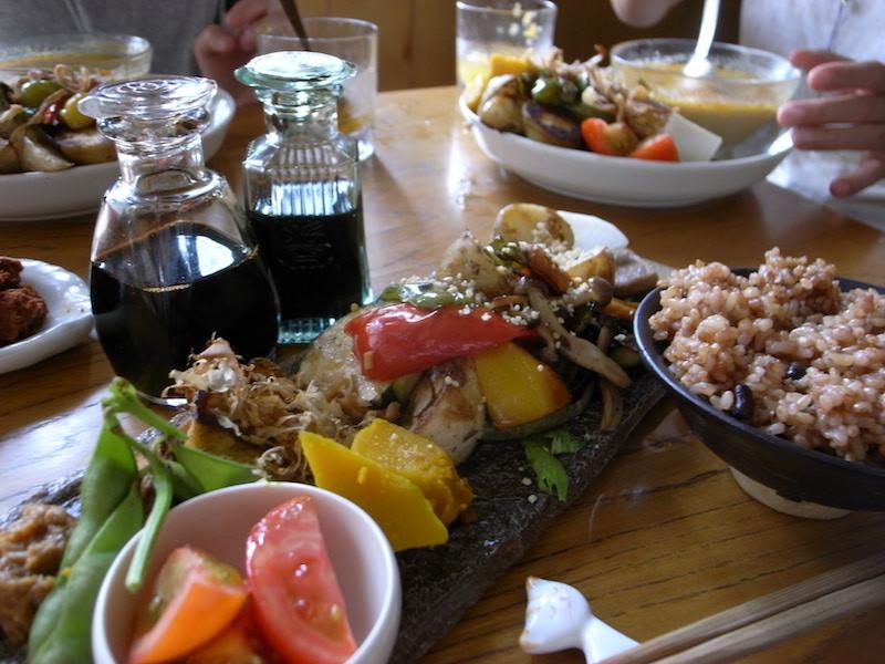たっぷりの野菜がのったタイガー定食(1000円)。 発芽玄米酵素ごはんと、地場中心の旬の野菜をモリモリ食べて、 元気いっぱい、テンションが上がる!