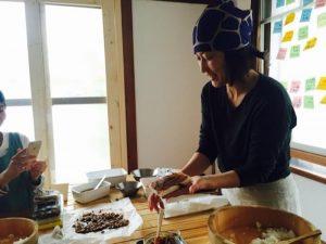 毎年恒例となった恵方巻き講座。ただ恵方巻きをつくるだけじゃない、具材一つひとつもレシピをマスターすれば毎日のおかずになる。主婦にはうれしい、とてもお得な講座だ