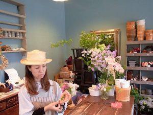 美しが丘西の赤毛のアン、大谷さん。店内の壁が印象的