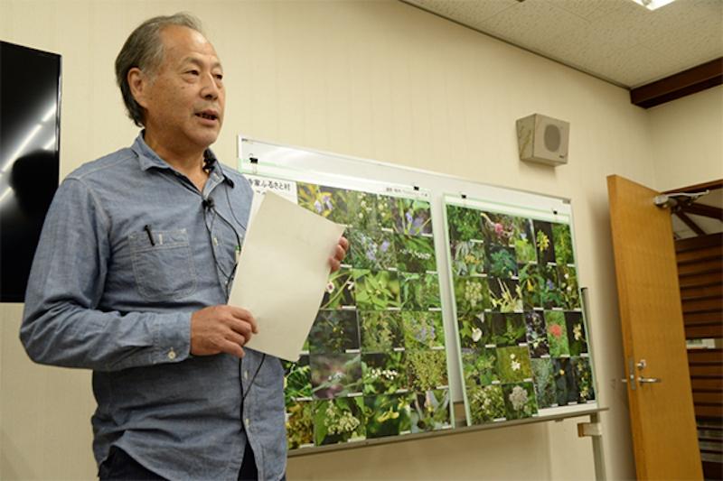 六浦勉さんはご自身で撮影したという寺家ふるさと村の植物たちの写真パネルを前に、ユーモアを交えながら自己紹介してくださった