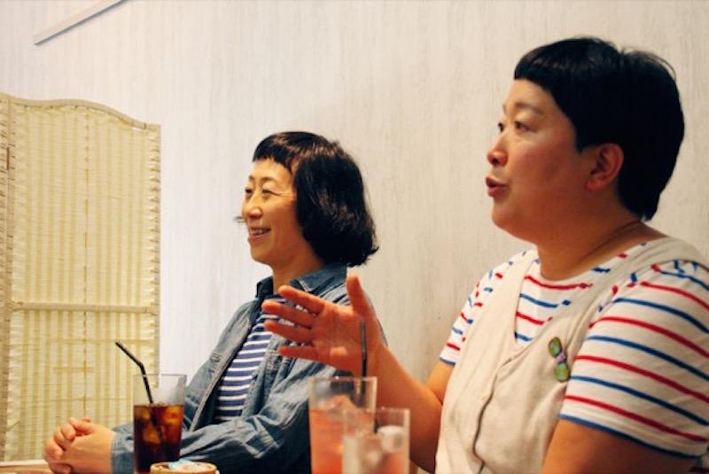 知的でやさしい雰囲気をまとい、美しい言葉使いでゆったりとお話をしてくれるケロちゃんこと増田裕子さん(左)。インタビューはたまプラーザの3丁目カフェで(写真:おくむらさちこ)