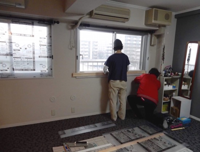設置依頼のあった部屋は北側の寝室。2つの窓と2つのエアコンがあり、以前2部屋にわかれていたことを物語る。窓のサイズは同じように見えて縦横とも大きさが若干違った