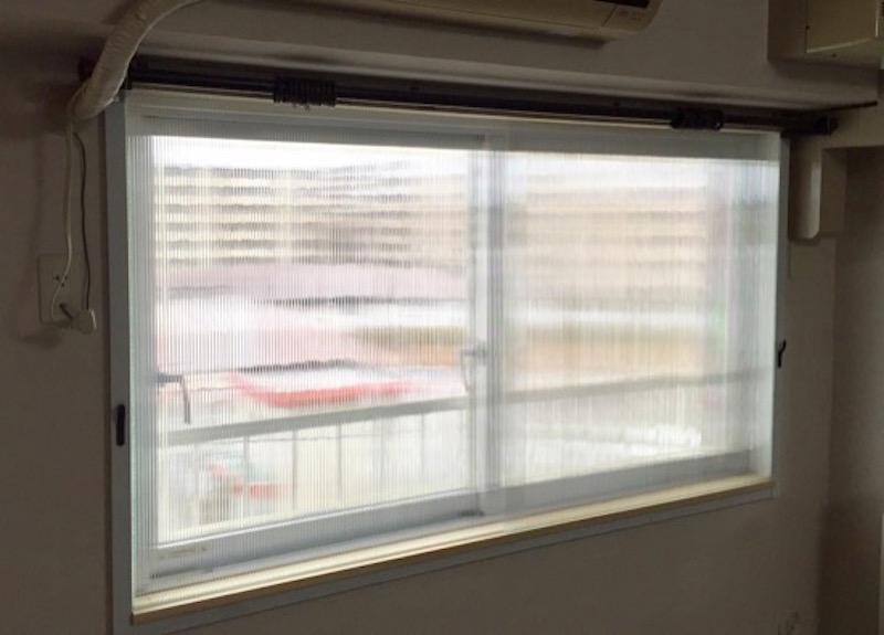 窓枠の内側の大きさと溝の深さを考慮して、プラダンを正確にカット。端をマスキングテープで保護して溝にはめ込んだらできあがり。設置した夜に早くもあたたかさを実感したそう