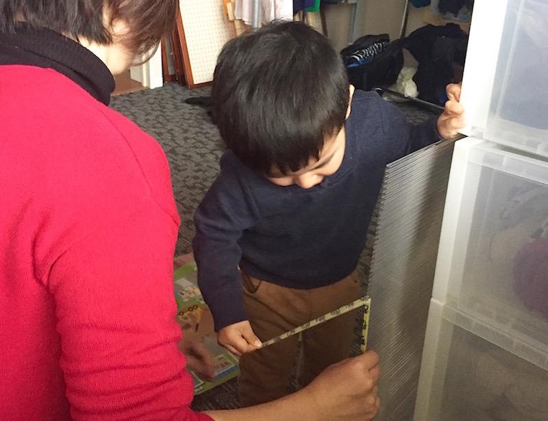 「はがす作業はできるね!」 2歳の息子くんものりのりでお手伝いしてくれた