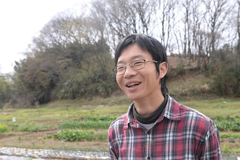 青山誠さん。横浜にある小さな幼稚園「りんごの木こどもクラブ」保育者。保育の傍ら、執筆活動を行う。子どもに関わる人の対話と交流の場「りんごの木サタデーナイト」を主催。地域の子育て関連施設で立ち上げた「こどもみらいフェスティバル」実行委員。少年のように純粋な目をしながら、保育や子どものことについての思いを語る時はとても熱心で、私はいつも話に引き込まれてしまう