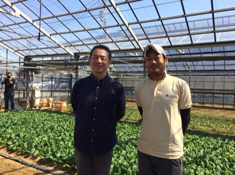 直樹さん(左)と小山さん。「椿さんに教えてもらった生の小松菜丼が絶品で。それまで生で食べたことはなかったんですが、うちの小松菜は生でも本当に美味しい!」