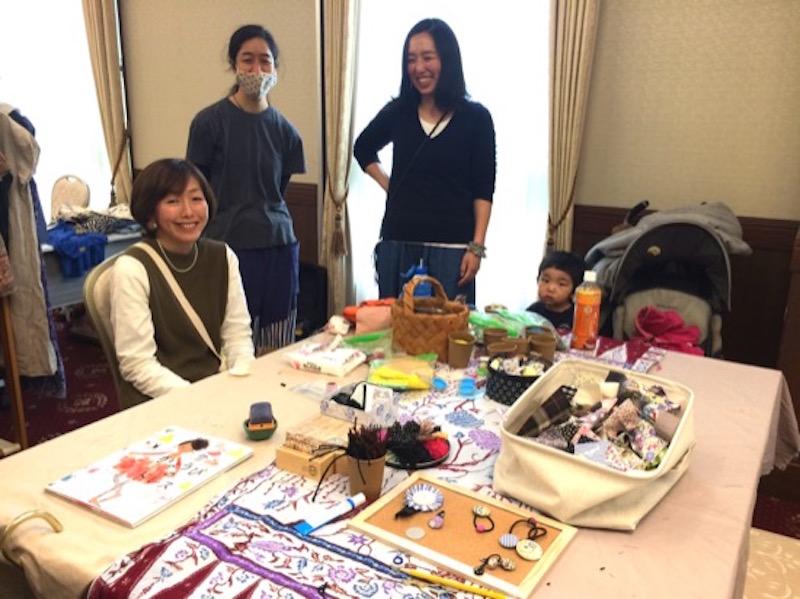 授乳スペースの手前は、森ノオトの「裁縫師匠」こと三ツ橋樹里子さんによる「くるみボタン」のリメイクコーナー。「一人でのんびりやろうかと思っていたら、予想以上の参加者で、お客さんとして来ていた幼稚園の友人に手伝ってもらい窮地を乗り切りました!」と、樹里子さん。地元・青葉台で長く暮らす樹里子さんのママ友ネットワークに驚かされました