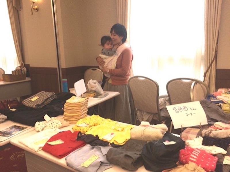 森ノオトのリポーターでもある持田三貴子さんが主宰する「キラキラ☆マミーズ」は、小さな赤ちゃんのママ集団らしく、布おむつや子ども服などの育児用品が並ぶ。赤ちゃんをだっこしながらお店を切り盛りする三貴子さん、映画『うまれる』の上映会やワークショップなど、とにかく大忙しのパワフルママさん