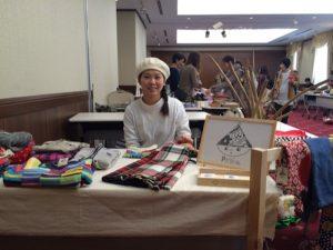 抜群のセンスの良さで人目を引いていた「PeriÄ(ぺりあ)」の鎌田祐子さん。普段はアパレルで働くオシャレなママさんですが、独自のブランドを立ちあげ、ネットショップも開設しました。デザイン性や使い勝手をさらに高めた「アップサイクル」の手法を使って、ほかにはないオリジナルの服や小物を生み出す鎌田さん、今後も目が離せません! https://peria.stores.jp