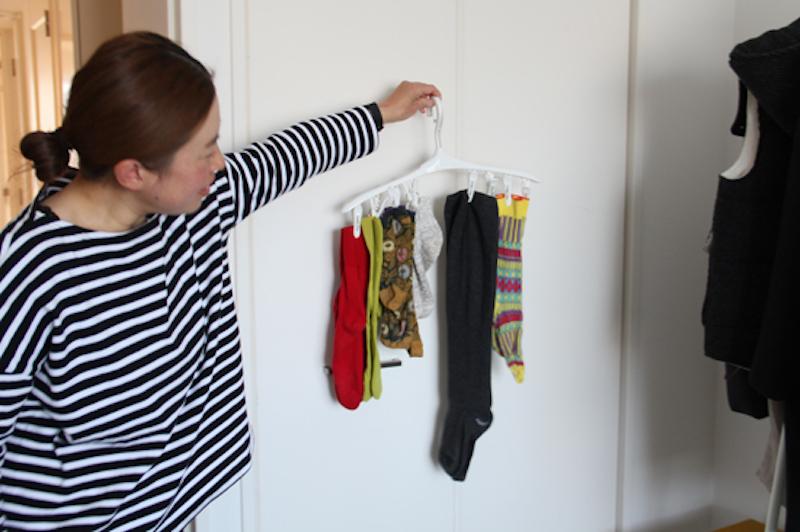 靴下は、このハンガーにかかるものだけ。これは、収納上手な友人のアイデアを取り入れている。